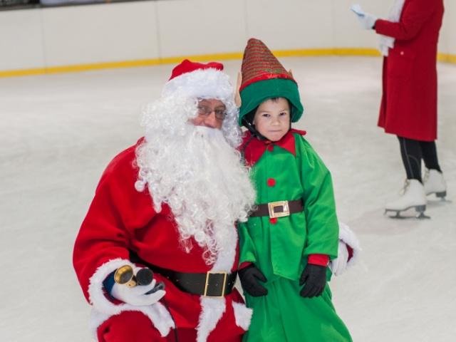 Mikołaj na lodowisku